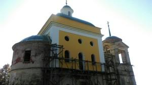 Успенский храм после покраски второго этажа четверика